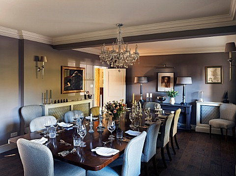 THE_COACH_HOUSESURREY_DINING_ROOM_CHANDELIER_BY_INDIA_JANECONSOLE_TABLE__LAMPS_BY_MARGARET_BOYD_DARK