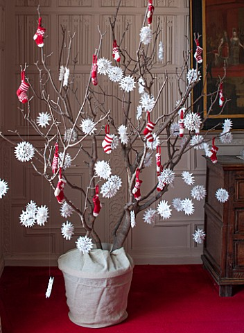 BURTON_AGNES_HALL_EAST_YORKSHIRE_CHRISTMAS__THE_JUSTICES_ROOM__A_SYCAMORE_BRANCH_DECORATED_WITH_PAPE