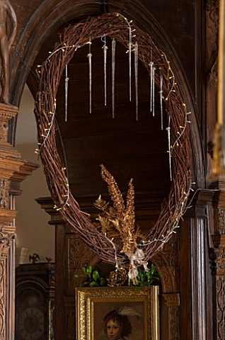 BURTON_AGNES_HALL_EAST_YORKSHIRE_CHRISTMAS___GREAT_HALL__DRIED_VINE_WREATH_DECORATED_WITH_GOLDEN_FER
