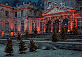 VAUX LE VICOMTE, FRANCE: THE ENTRANCE TO THE PALACE AT CHRISTMAS DECORATED WITH RIBBON BOWS AND CHRISTMAS TREES. TREE, LIGHT, LIGHTING, ILLUMINATION, WINTER