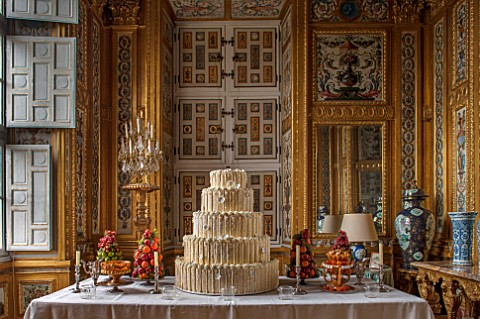 VAUX_LE_VICOMTE_FRANCE_THE_GAMES_PARLOUR_DECORATED_FOR_CHRISTMAS_THE_CENTRAL_TABLE_IS_SET_WITH_A_MAG