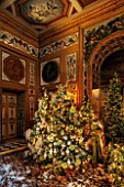 VAUX LE VICOMTE, FRANCE: THE DINING ROOM DECORATED FOR CHRISTMAS. RICHLY DECORATED CHRISTMAS TREE LADEN WITH FROSTED CONES, SUGAR RIMMED ROSES AND GLASS BAUBLES