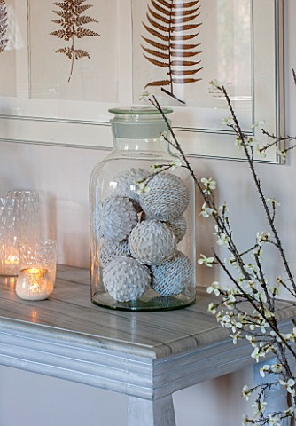 THE_FREETH_HEREFORDSHIRE_THE_SITTING_ROOM_LARGE_GLASS_JAR_ON_TABLE_WITH_DECORATIVE_WOVEN_BALLS_FERN_