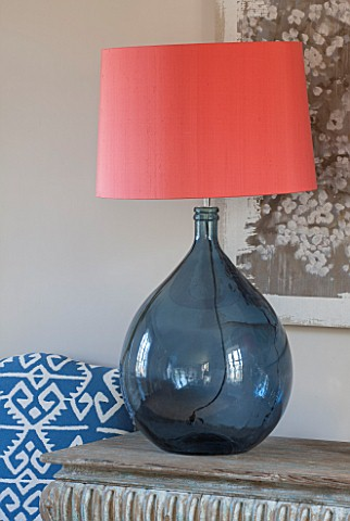 THE_FREETH_HEREFORDSHIRE_THE_SITTING_ROOM_BLOSSOM_PRINT_TEAL_GLASS_LAMPS_PINK_APRICOT_SHADE