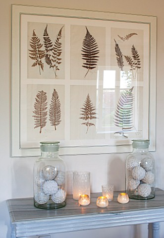 THE_FREETH_HEREFORDSHIRE_THE_SITTING_ROOM_LARGE_GLASS_JARS_ON_TABLE_WITH_DECORATIVE_WOVEN_BALLS_FERN