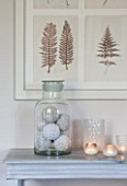 THE FREETH, HEREFORDSHIRE: THE SITTING ROOM. LARGE GLASS JARS ON TABLE WITH DECORATIVE WOVEN BALLS, FERN PRINT. LIVING, ROOM, CANDLES