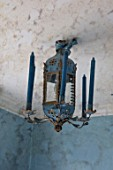 LONDON HOUSE DESIGNED BY JULIE SIMONSEN. BLUE ANTIQUE CEILING CANDELABRA IN BLUE BATHROOM