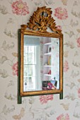 LONDON HOUSE DESIGNED BY JULIE SIMONSEN. ANTIQUE GILDED MIRROR ON WALL. FLORAL DESIGN WALLPAPER BY OSBORNE & LITTLE