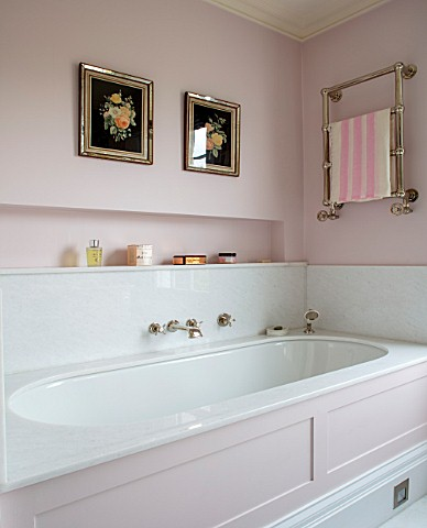 LONDON_HOUSE_DESIGNED_BY_JULIE_SIMONSEN_PINK_BATHROOM_PANELLED_BATH_WITH_TOWEL_RAIL_AND_ANTIQUE_FLOW