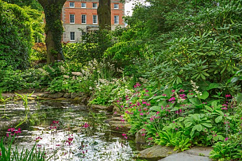 MORTON_HALL_WORCESTERSHIRE_THE_UPPER_POOL_IN_THE_STROLL_GARDEN_WITH_HOUSE_BEHIND_SPRING_POND_WATER_S