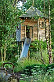 THE OLD RECTORY, QUINTON, NORTHAMPTONSHIRE: DESIGNER ANOUSHKA FEILER: WOODEN TREE HOUSE IN WOODLAND. PLAY, CHILDRENS, AREA, ENTERTAINMENT