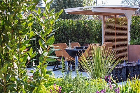 ASCOT_SPRING_GARDEN_SHOW_DESIGNER_TOM_HILL_COURTYARD_DINING_AREA_CANOPY_TABLE_CHAIRS_WATER_FEATURE_E
