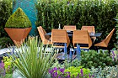 ASCOT SPRING GARDEN SHOW: DESIGNER TOM HILL. COURTYARD, DINING AREA, TABLE, CHAIRS, WATER FEATURE, ENCLOSED, PRIVATE, SCREENS, SCREENING, SCREENED, SMALL, TOWN, URBAN, BOX, HEDGING