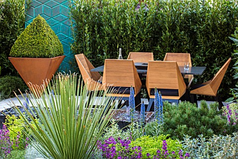 ASCOT_SPRING_GARDEN_SHOW_DESIGNER_TOM_HILL_COURTYARD_DINING_AREA_TABLE_CHAIRS_WATER_FEATURE_ENCLOSED