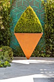 ASCOT SPRING GARDEN SHOW: DESIGNER TOM HILL. COURTYARD, SCREEN, BOX PYRAMID IN INVERTED PYRAMID IN RUSTY CORTEN STEEL CONTAINER, PLANTER, SMALL, URBAN, FORMAL, CLIPPED, TOPIARY