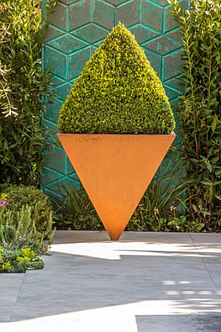 ASCOT_SPRING_GARDEN_SHOW_DESIGNER_TOM_HILL_COURTYARD_SCREEN_BOX_PYRAMID_IN_INVERTED_PYRAMID_IN_RUSTY