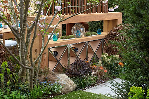 ASCOT_SPRING_GARDEN_SHOW_GARDEN_DESIGNED_BY_KATE_GOULD_WOODEN_WINE_RACK_SCREENS_SCREENING_DINING_FOR