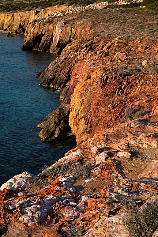 ANTIPAROS_GREECE_DESIGNER_THOMAS_DOXIADIS_CLIFF_BESIDE_THE_SEA