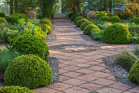 MITTON_MANOR_STAFFORDSHIRE_FORMAL_BOX_TOPIARY_GARDEN_SPRING_PATH_CLIPPED_BOX_BUXUS_HEDGES_MOUNDS_HED