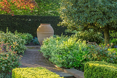 MITTON_MANOR_STAFFORDSHIRE_PATH_TO_TERRACOTTA_CONTAINER_APRIL_ENGLISH_COUNTRY_GARDEN