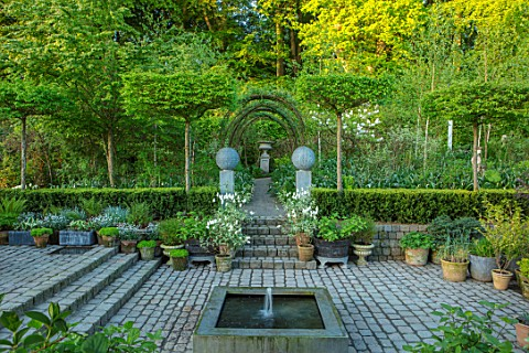 CLAUS_DALBY_GARDEN_DENMARK_THE_SUNKEN_GARDEN_WATER_FEATURE_FOUNTAIN_PAVING_CLIPPED_CARPINUS_BETULA_S