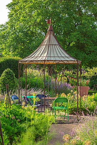 THE_WALLED_GARDEN_AT_COWDRAY_WEST_SUSSEX_OUTDOOR_DINING_SEATING_AREA_TABLE_CHAIRS_BOX_PARTERRES_GREE