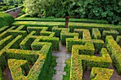 HAMPTON COURT CASTLE, HEREFORDSHIRE: YEW MAZE. TAXUS, LABYRINTH, CLIPPED, TRIMMED, HEDGES, MAZES, GREEN, PATTERNS, SHRUBS