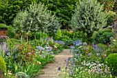 MORTON HALL, WORCESTERSHIRE: SOUTH GARDEN, SUMMER. BORDER, ECHIUM VULGARE BLUE BEDDER, WHITE BEDDER, NICOTIANA ALATA LIME GREEN, AGAPANTHUS BLUE TRIUMPHATOR, FORMAL, ENGLISH