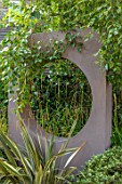 TANYA SOUTHWORTH GARDEN, LONDON, DESIGNER ANOUSHKA FEILER: PHORMIUM, RENDERED WALL WITH CIRCULAR OPENING, GREEN, SMALL, FORMAL, TOWN, URBAN