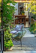 HORSE SHOE BEND, LONDON. DESIGNER MARTHA KREMPEL: PATIO, TERRACE, CHAIRS, CUSHIONS, VIEW TO KITCHEN