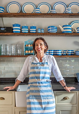 ALHAM_FARM_SOMERSET_CORNISHWARE__TRADITIONAL_FARMHOUSE_KITCHEN_IN_BLUE_AND_CREAM___KARINA_RICKARDS_E