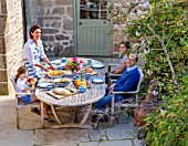ALHAM FARM, SOMERSET: CORNISHWARE: THE RICKARDS FAMILY HAVING LUNCH ON PATIO, TERRACE, AL FRESCO, DINING