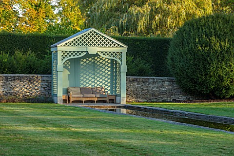 RADCOT_HOUSE_OXFORDSHIRE_THE_LONG_POND_BEECH_HEDGES_HEDGING_POOL_CANAL_GAZEBO_SEAT_SEATING_AUTUMN
