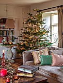 PYTTS HOUSE, OXFORDSHIRE: LIVING ROOM WITH CHRISTMAS TREE, CANDLES, MIRROR, LOUNGES, CUSHIONS, WINTER