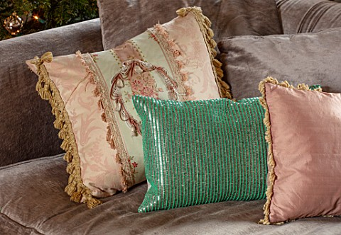 PYTTS_HOUSE_OXFORDSHIRE_CHRISTMAS_LIVING_ROOM_CUSHIONS