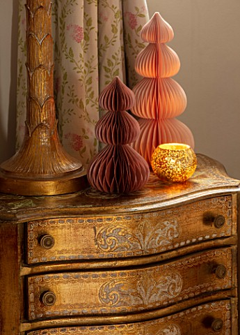 PYTTS_HOUSE_OXFORDSHIRE_CLASSIC_BEDROOM_GOLD_BURNT_ORANGE_CHRISTMAS_CANDLES_PAPER_DECORATIONS_LAMP