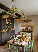 PYTTS HOUSE, OXFORDSHIRE: KITCHEN, CHRISTMAS: WREATH ON KITCHEN CABINET, TABLE, CHAIRS, AGA, COUNTRY, CLASSIC