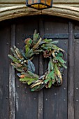 PYTTS HOUSE, OXFORDSHIRE: CHRISTMAS: WREATH ON FRONT DOOR