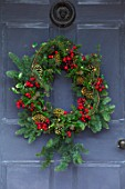 GIBBONS CROFT, WEST CLANDON, SURREY: WREATH ON FRONT DOOR. CHRISTMAS, DECORATIONS