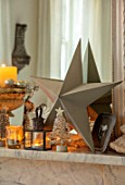 AMANDA KNOX HOUSE GRANTHAM: LIVING ROOM, CHRISTMAS, DECORATIONS, MANTELPIECE, STAR
