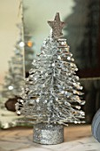 AMANDA KNOX HOUSE GRANTHAM: CHRISTMAS, LIVING ROOM, CHRISTMAS TREE, DECORATIONS, MINIATURE CHRISTMAS TREE, SILVER