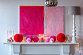 AMANDA KNOX HOUSE GRANTHAM: FRONT LIVING ROOM, CHRISTMAS, MANTELPIECE, DECORATIONS, ABSTRACT PAINTING, LAMP, PINK