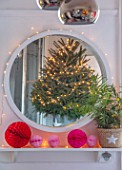 AMANDA KNOX HOUSE GRANTHAM: FRONT LIVING ROOM, CHRISTMAS, DECORATIONS, PINK, MIRROR, CHRISTMAS TREE, REFLECTED, REFLECTIONS