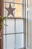 AMANDA KNOX HOUSE GRANTHAM: FRONT LIVING ROOM, CHRISTMAS, FROSTED WINDOW WITH STAR