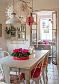 AMANDA KNOX HOUSE GRANTHAM: KITCHEN DINING ROOM, CHRISTMAS, CYCLAMEN, FLOWERS, INDOOR, CANDLES, FIREPLACE, DECORATIONS