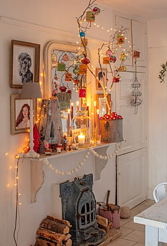 AMANDA_KNOX_HOUSE_GRANTHAM_KITCHEN_DINING_ROOM_CHRISTMAS_CANDLES_FIREPLACE_DECORATIONS