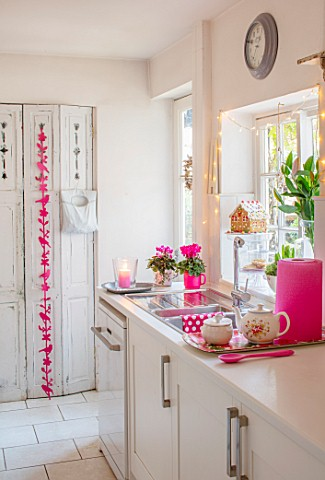 AMANDA_KNOX_HOUSE_GRANTHAM_WHITE_AND_PINK_KITCHEN_CHRISTMAS