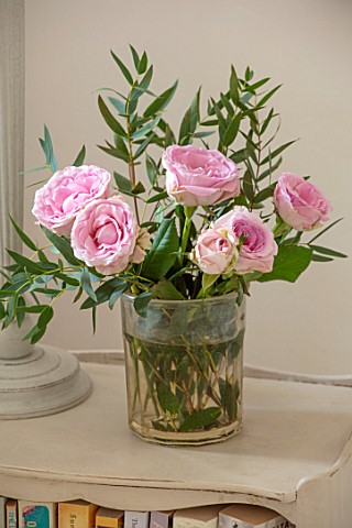 AMANDA_KNOX_HOUSE_GRANTHAM_MASTER_BEDROOM_CHRISTMAS_VASE_WITH_PINK_ROSES_ON_BEDSIDE_TABLE