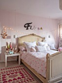 AMANDA KNOX HOUSE GRANTHAM: GIRLS BEDROOM, PINK, WHITE, CHRISTMAS
