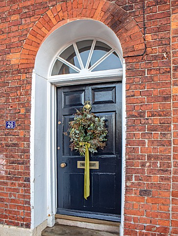AMANDA_KNOX_HOUSE_GRANTHAM_BLUE_FRONT_DOOR_WREATH
